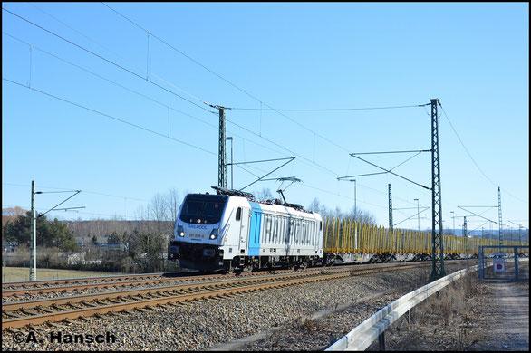 187 009-6 durchfährt am 25. Februar 2018 mit einem leeren Holzzug Chemnitz-Furth