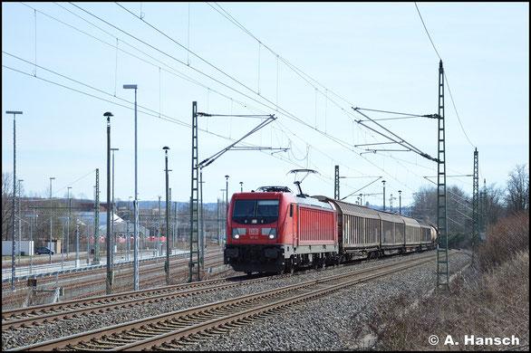 Am 16. März 2020 zieht 187 141-7 den EZ 51716 durch Chemnitz-Furth gen Riesa