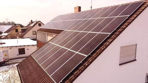 Neue Photovoltaikanlage auf einem Einfamilienhaus © iKratos