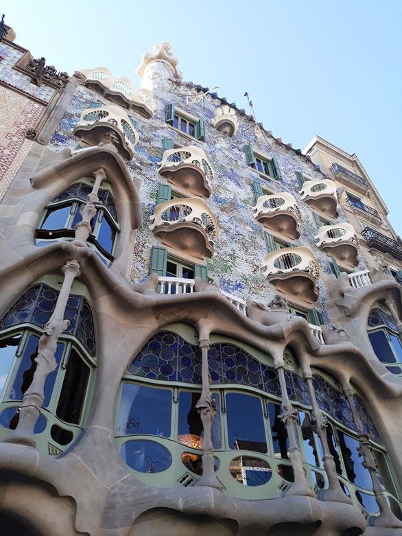 Фасад дома Бальо не плоский, а имеет волнообразную форму