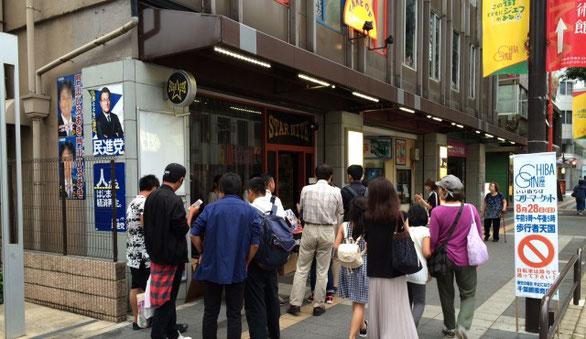 千葉県のライブハウス「STARNITE」の前で眠らない兎のライブに並ぶ人達