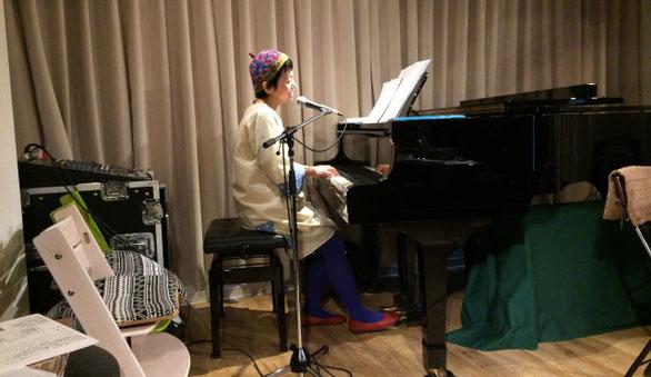 祖師谷大蔵カフェ・エクレルシでピアノの弾き語り演奏をする「ひさすえ さえこ」