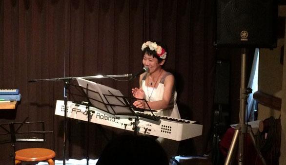 渋谷幡ヶ谷「36°5」で弾き語り演奏をしている「ひさすえ さえこ」