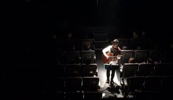 渋谷マウントレーニアホールの10周年記念ライブで会場に降りて歌うママノリア