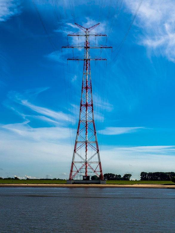 ...Strom kommt eben nicht einfach nur aus der Steckdose und so überspannt eine Stromtrasse mit den höchsten Strommasten Europas die Elbe
