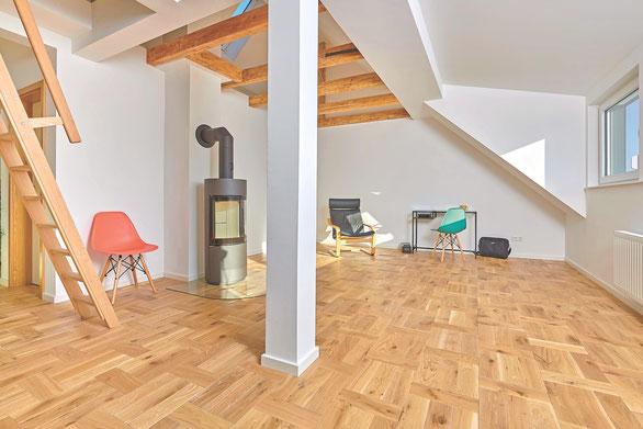 Saniertes Dachgeschoss mit massivem Eichenparkett, verlegt im Flechtmuster, Farbton Clear White