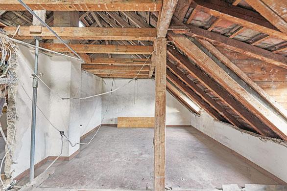 Dachgeschoss im Mehrfamilienhaus vor der Sanierung und Parkettverlegung