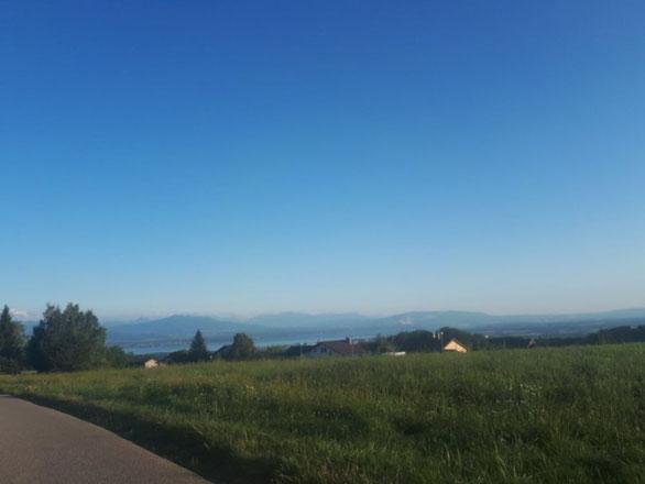 Abfahrt zum Lac Léman. Ganz links im Bild das Mt. Blanc Massiv.