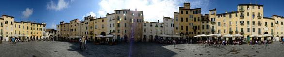 Freihand 360° Panorama, Marktplatz Lucca, Toskana