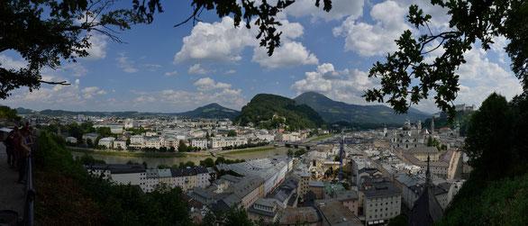 Freihand 180° Panorama, Blick auf die Stadt von der Terasse Moderne Kunst, Österreich