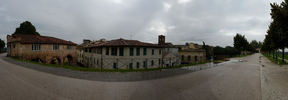 Freihand 180° Panorama, Blick von der Stadtmauer auf Lucca, Toskana