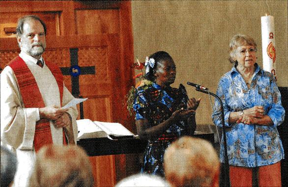 Pfarrer Johannes Beisel interviewte Flora Lufurano (Mitte). Giselheid Otto übersetzte. Foto: Fink