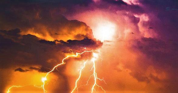 Dans une autre vision transmise à Jean, une forte grêle accompagne les éclairs, les voix, les coups de tonnerre et un tremblement de terre lorsque l'arche de l'alliance de Dieu apparaît dans son temple céleste.