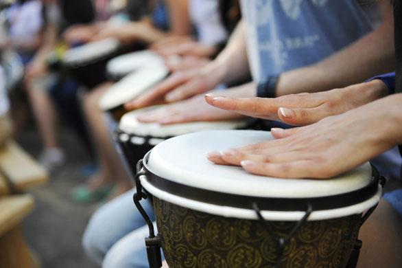 Gruppe, die auf afrikanischen Trommeln - Djembe spielt.