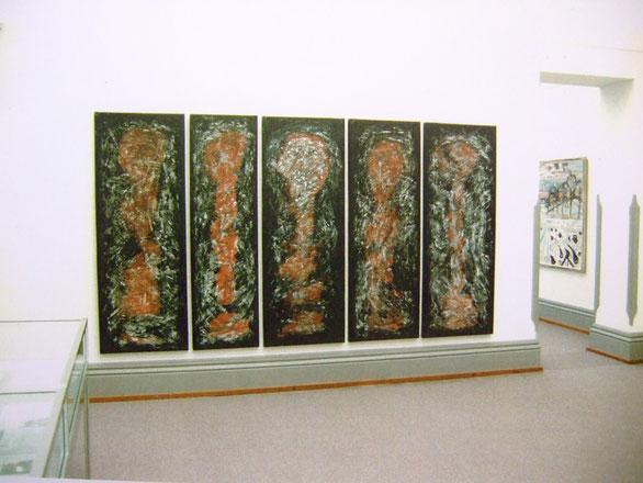 Kunstmuseum Solothurn, Ausstellung - Pedro Meier - «Zwischenwelten» 1995 - Zyklus >Gefangen< - fünfteilig - hinten Max Gubler