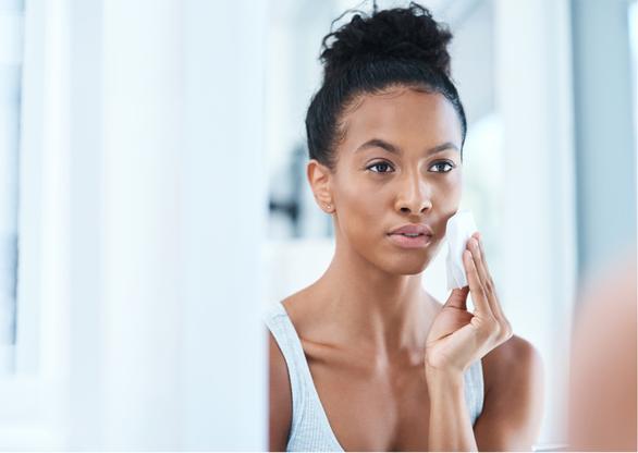 Die Entfernung abgestorbener Korneozyten-Ablagerungen ermöglicht eine bessere Aufnahme von Wirkstoffen aus Seren, Tages und Nacht Cremes und Hautpflegemasken. Die Haut erscheint verfeinert und der Teint glatt und rosig.