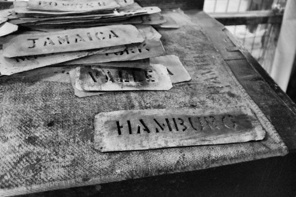 Schablonen für die Beschriftung von Säcken in einer Muskatnussfabrik, Grenada