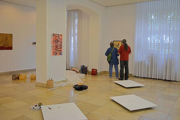 """Aufbautag der Ausstellung """"Schlot 1.1 - Vulkan"""": Jean und Manfred im Landtagsgebäude in Mainz"""