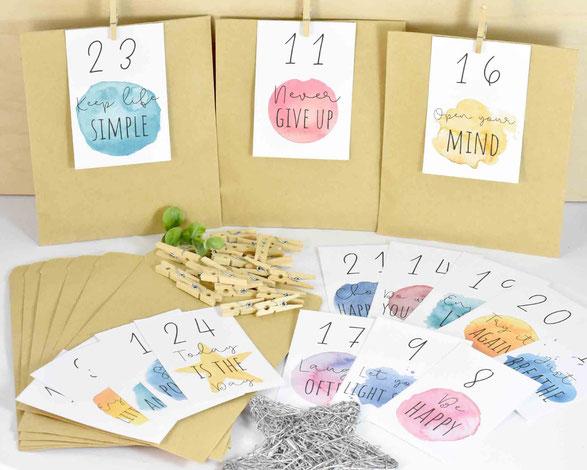 DIY Adventskalender -  1 SET besteht je aus: 24 Kraftpapier Tüten Flach, Größe 13 cm x 9 cm, 3 Bogen A4, 250 g weiß, mit Zahlen Druck zum Ausschneiden, 24 Mini-Holzklammern