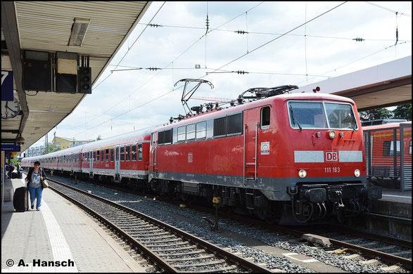111 163-2 trägt keine Selbstkontrollziffer. Eine Sparmaßnahme der DB. Am 15. Juli 2015 steht die Maschine mit ihrem Zug in Nürnberg Hbf.