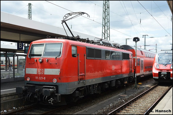 111 221-8 steht am 15. Juli 2015 in Nürnberg Hbf.