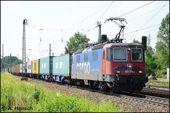 421 376-5 ist ein paar Sprayern zum Opfer gefallen. Am 6. Juli 2015 durchfährt die beschmierte Maschine den Hp Leipzig-Thekla mit Containerzug