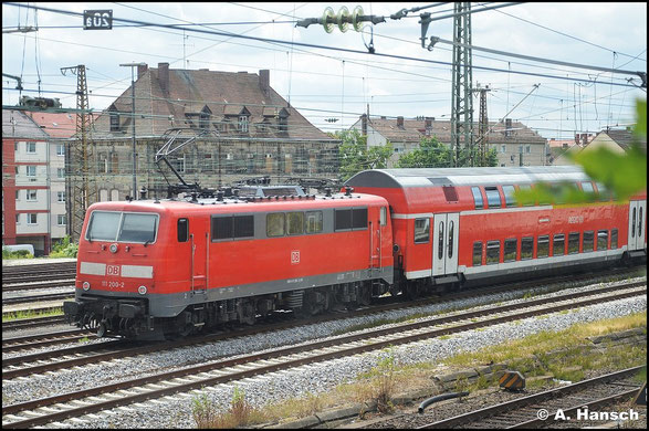 111 200-2 schiebt am 15. Juli 2015 einen Regionalzug nach. Gerade fährt dieser aus Nürnberg Hbf. aus