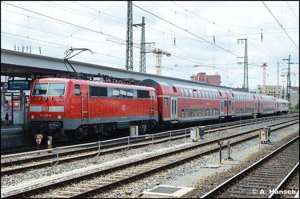Am 15. Juli 2015 schiebt 111 225-9 ihren interessanten Zug (Doppelstockwagen, Steuerwagen einstöckig) in den Nürnberger Hbf.