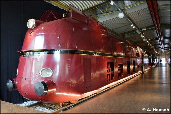 Im DB Museum Nürnberg steht 05 001 in ihrer Stromlinienverkleidung. Die Lok erreichte bei einer Testfahrt eine Geschwindigkeit von 200,4 km/h (15. Juli 2015)