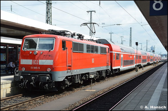 Gepflegt präsentiert sich 111 185-5 mit ihrem Zug am 15. Juli 2015 in Nürnberg Hbf.