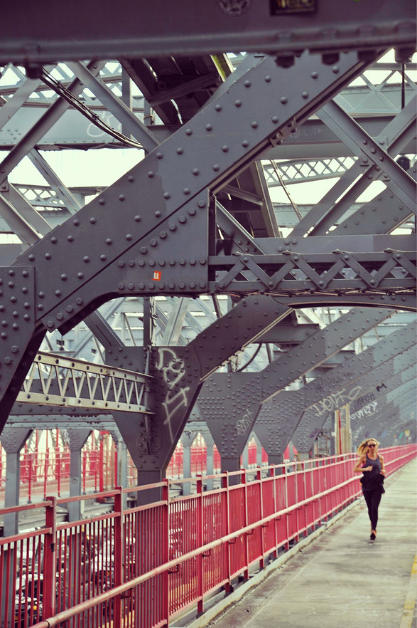 Jogger im Morgengrauen auf der Williamsburg-Bridge in New York.
