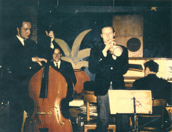 Sah von der Bühne aus Vernon Presley mit Begleitung: Karl-Heinz Stein als Bassist, Capri-Bar 1959