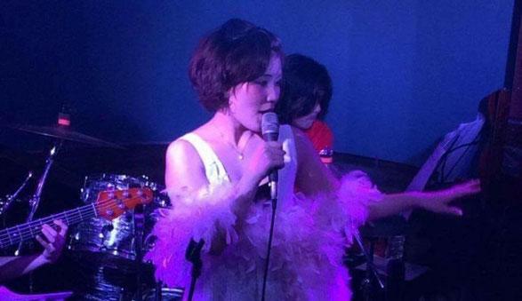 渋谷NOBのステージで歌う大西 真由