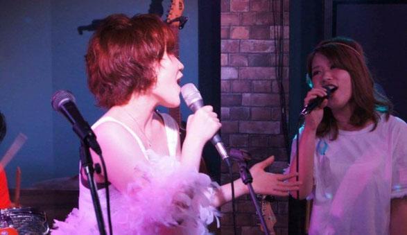 渋谷NOBのステージで歌う大西 真由と愛須 彩乃