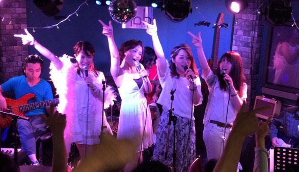 渋谷NOBのステージで手を振る大西 真由、愛須 彩乃、星野 みあ、黒崎 アキ