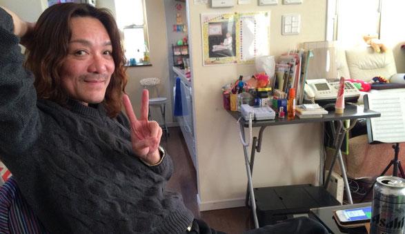 佐倉一樹先生がリラックスしてピースしている場面