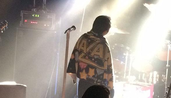 千葉県ANGAでおこなわれたライブ、矢沢栄吉コピーバンド「BOSS」のボーカル川村の背中