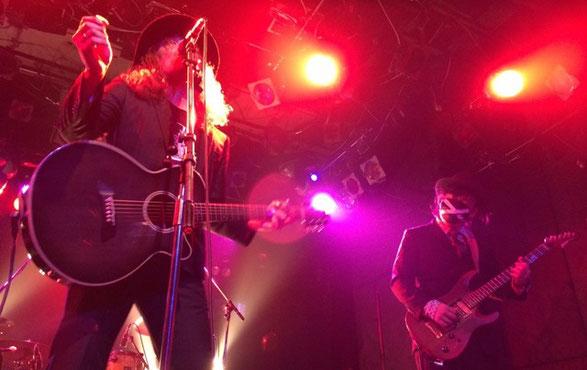 ヒゲンジツシュギが渋谷TAKE OFF7で演奏している場面