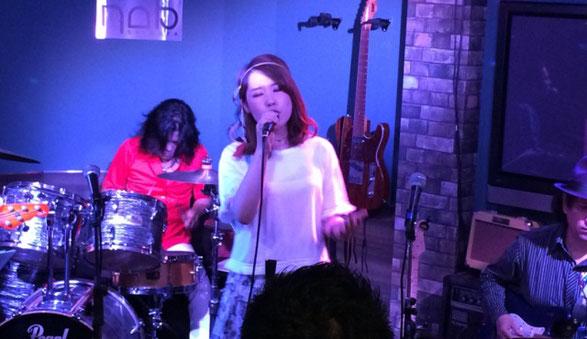 渋谷NOBのステージで歌う愛須 彩乃