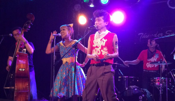 神奈川県厚木のライブハウス「サンダースネーク」でシツレイキャッツがライブをしている場面