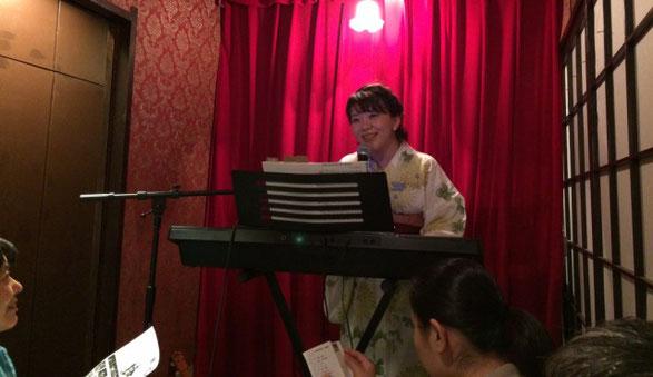 ミュージカル女優の王子 菜摘子さんがCON TON TONのステージに登場する場面