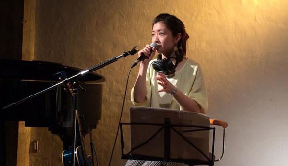 下北沢Com.Cafe音倉でおこなわれたワンマンライブでの詠美衣のMC場面
