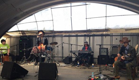 千葉県の印西市にあるユタカファームでライブをしているInspire Blue
