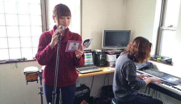 佐倉一樹先生が音楽教室で女性ボーカルのレッスンをしている様子