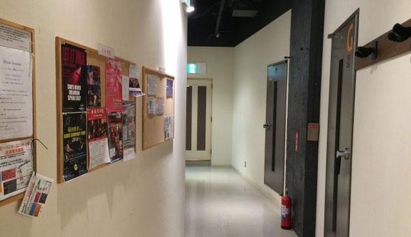 JR神田駅近くにあるバンブルビースタジオの通路