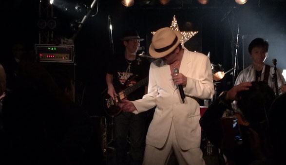 千葉県ANGAでおこなわれた矢沢栄吉コピーバンド「BOSS」のライブ場面