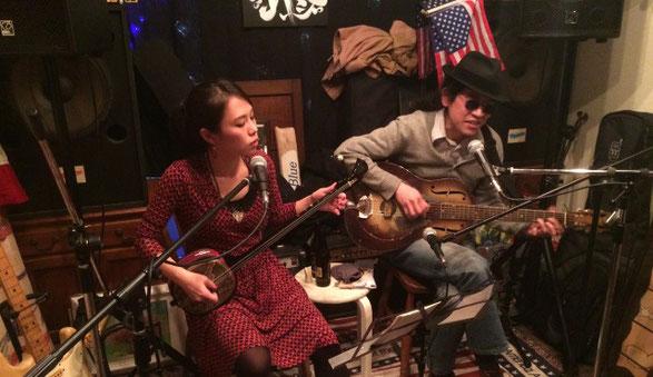 「かみむらたかし」と「じゅんちゃん」が下北沢Back Pageでライブをしている場面