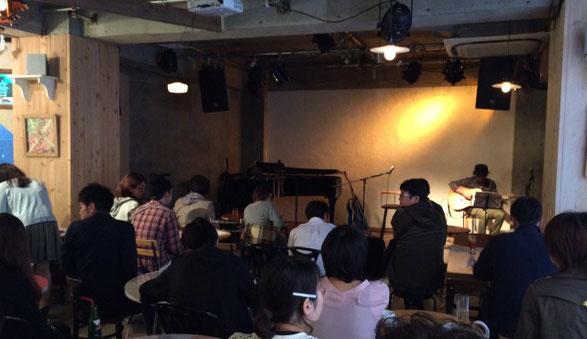 下北沢Com.Cafe音倉のライブ会場で詠美衣の出演を待つ人達