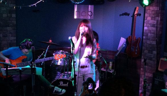 渋谷NOBのステージで歌う黒崎 アキ
