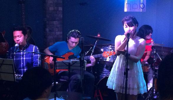 渋谷NOBのステージで「星野 みあ」が手話歌を披露している場面